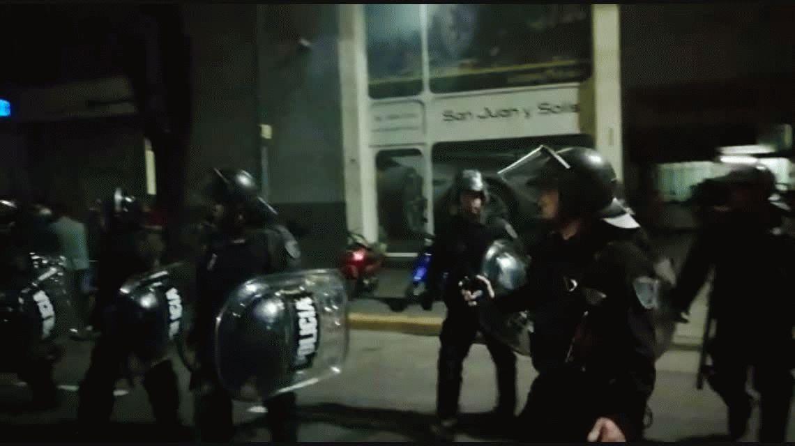 Detuvieron a Juan Grabois y a otros cuatro dirigentes sociales en medio de una feroz represión de la Policía