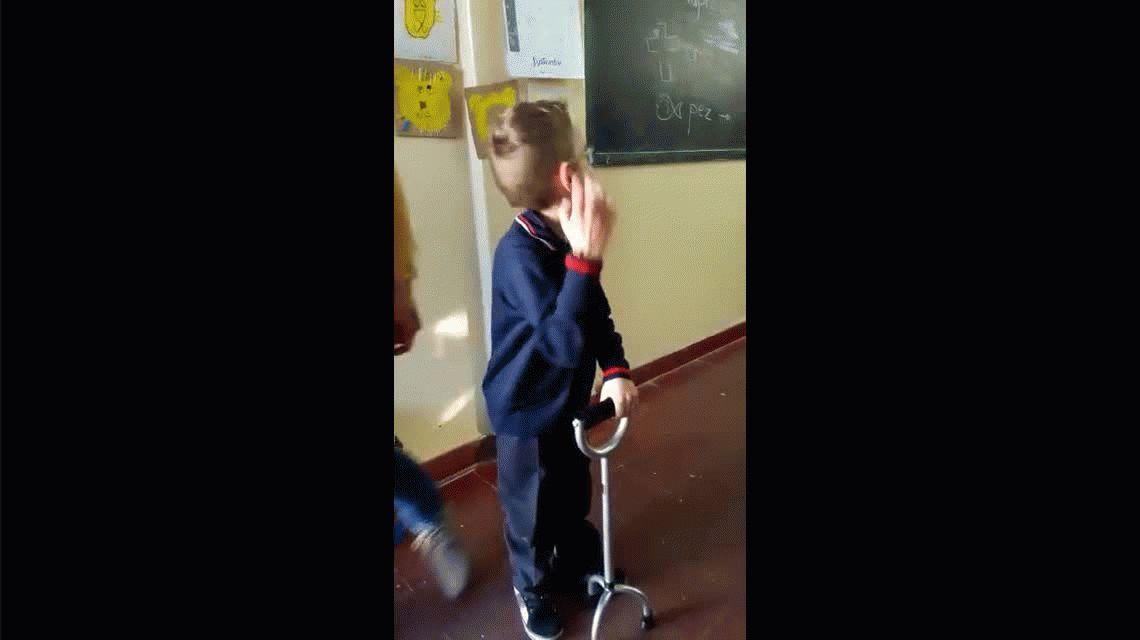 Tiene parálisis cerebral y alentado por sus compañeros de segundo grado logró caminar