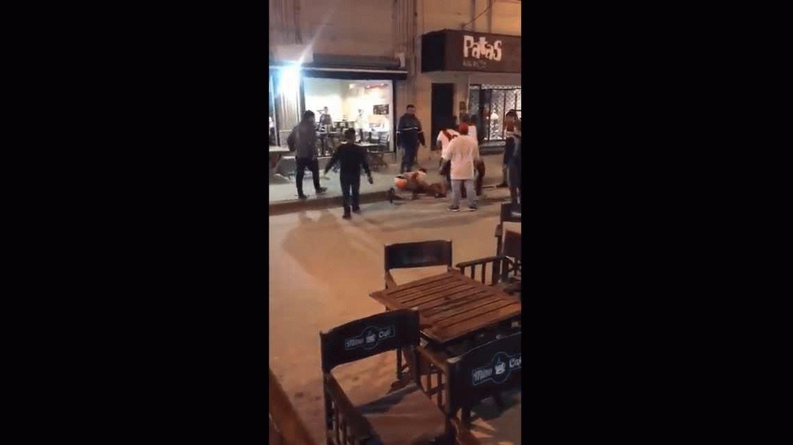 Un hombre le pegó una trompada a una mujer de Boca porque le robaron la bandera de River