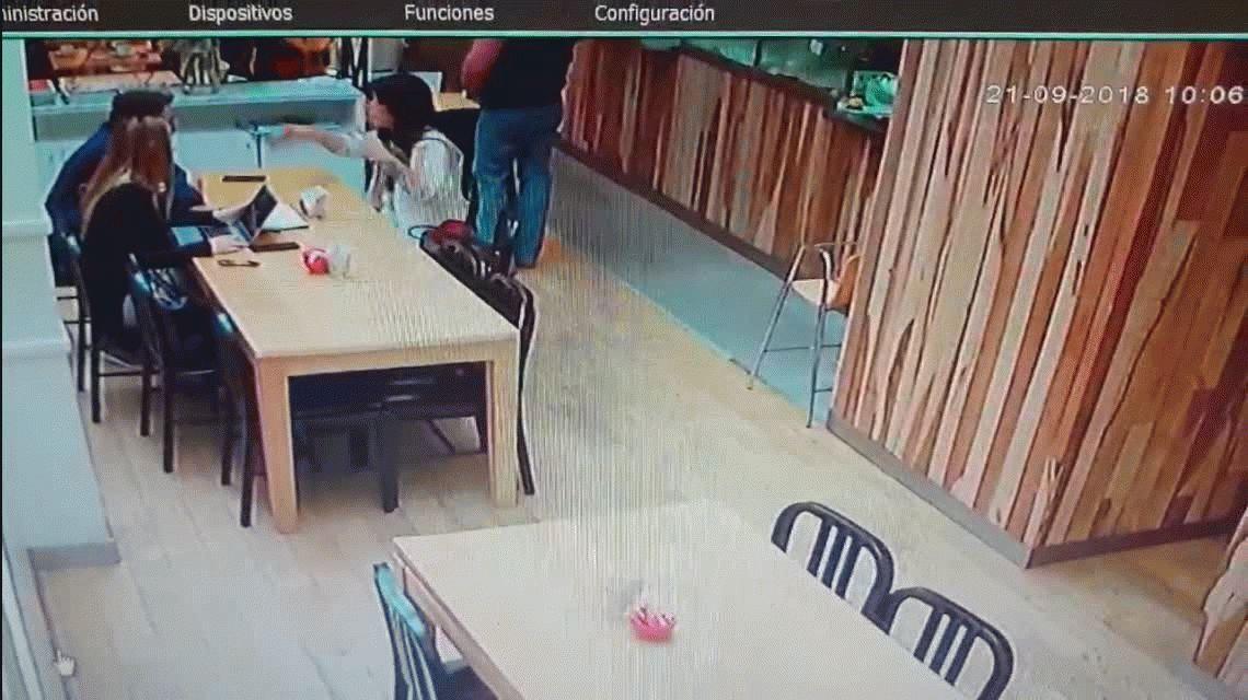 Una cámara de seguridad registró un robo en una cafetería de Palermo