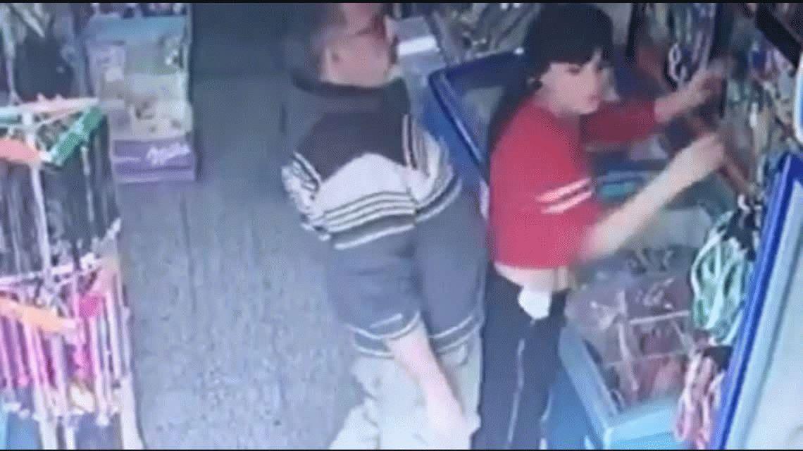 Una kiosquera fue acosada por un cliente y quedó registrado por la cámara de seguridad