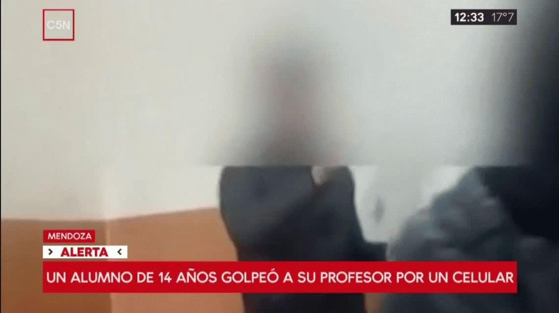 VIDEO: Un alumno le pegó a un profesor que le había sacado el celular