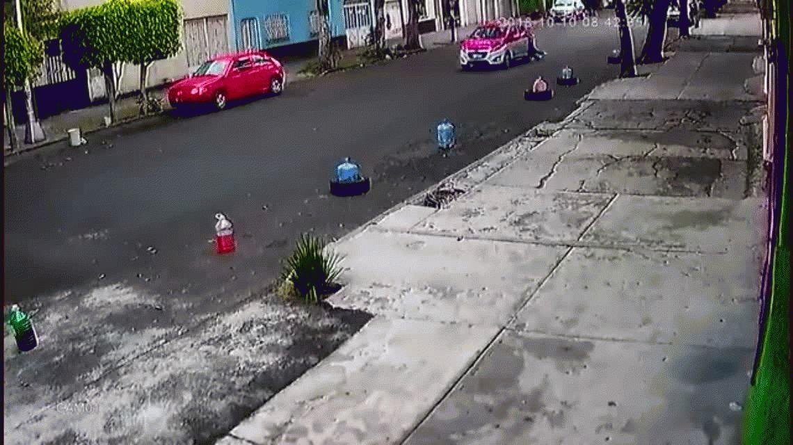 Un taxista arrastró a una mujer con su auto por toda la calle