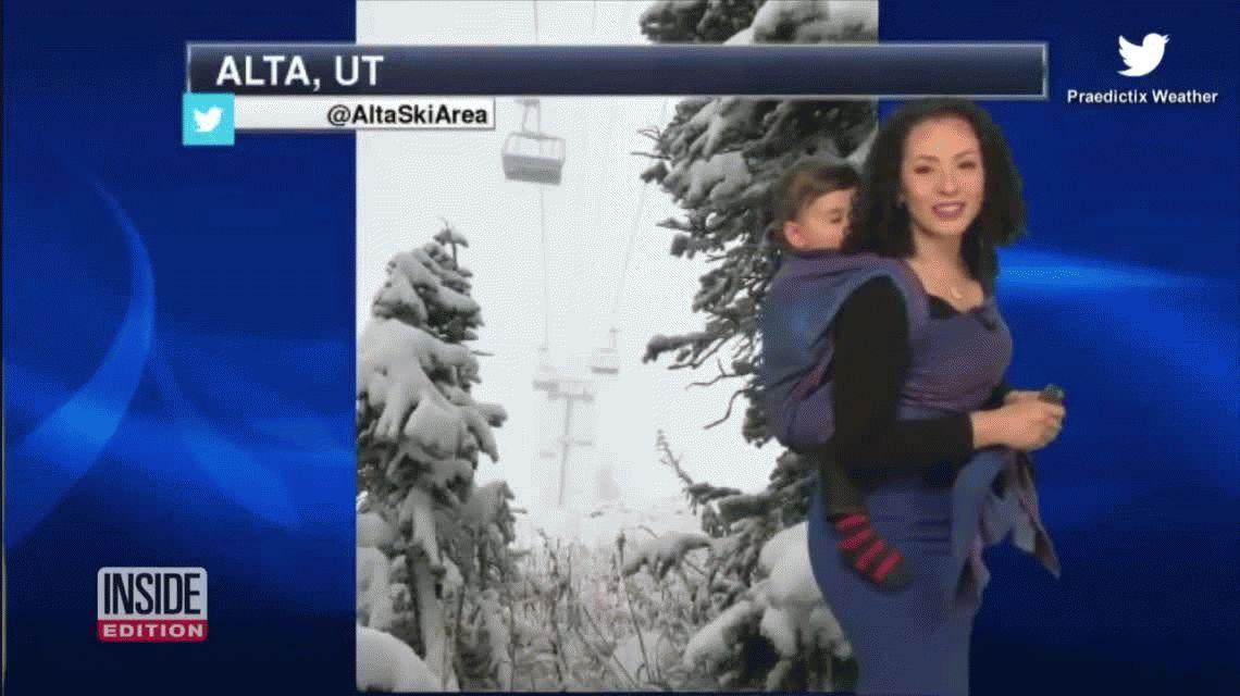 Una meteoróloga dio el pronóstico del tiempo con su hijo en la espalda