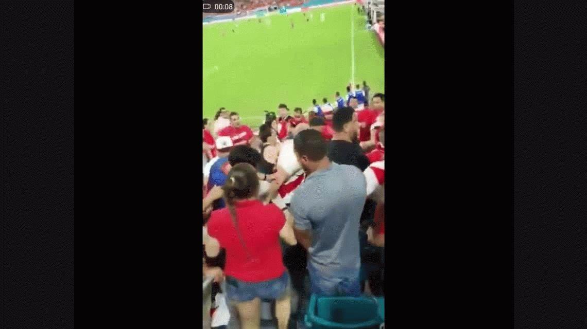 ¡Dale duro! Brutal pelea entre hinchas peruanos y chilenos durante un amistoso en EE.UU.