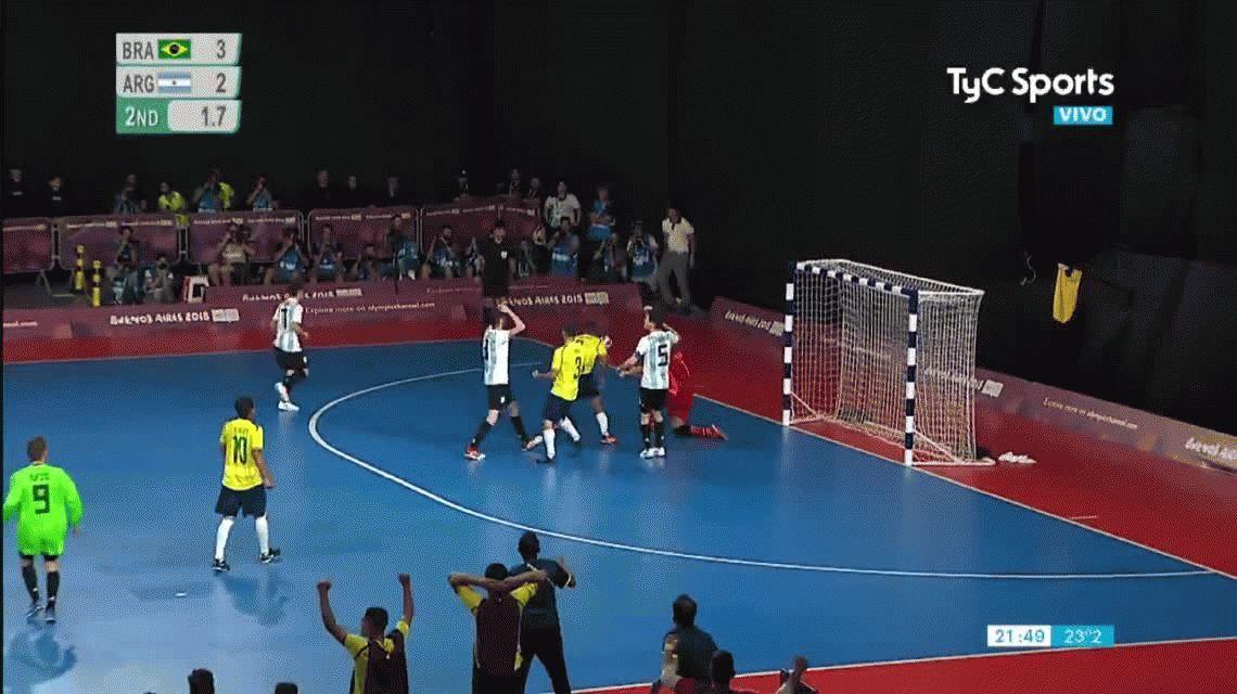En un partido picante, Argentina cayó ante Brasil e irá por el bronce en futsal