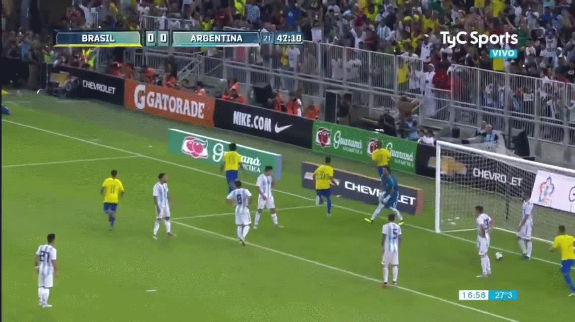 ¿Qué hicieron? Desatención de la defensa y la mala salida de Romero en el gol de Brasil
