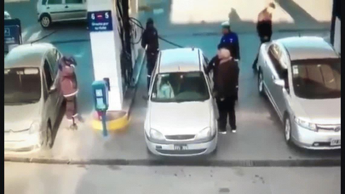 La Plata: cachetazos y un baldazo de agua por un lugar para cargar nafta