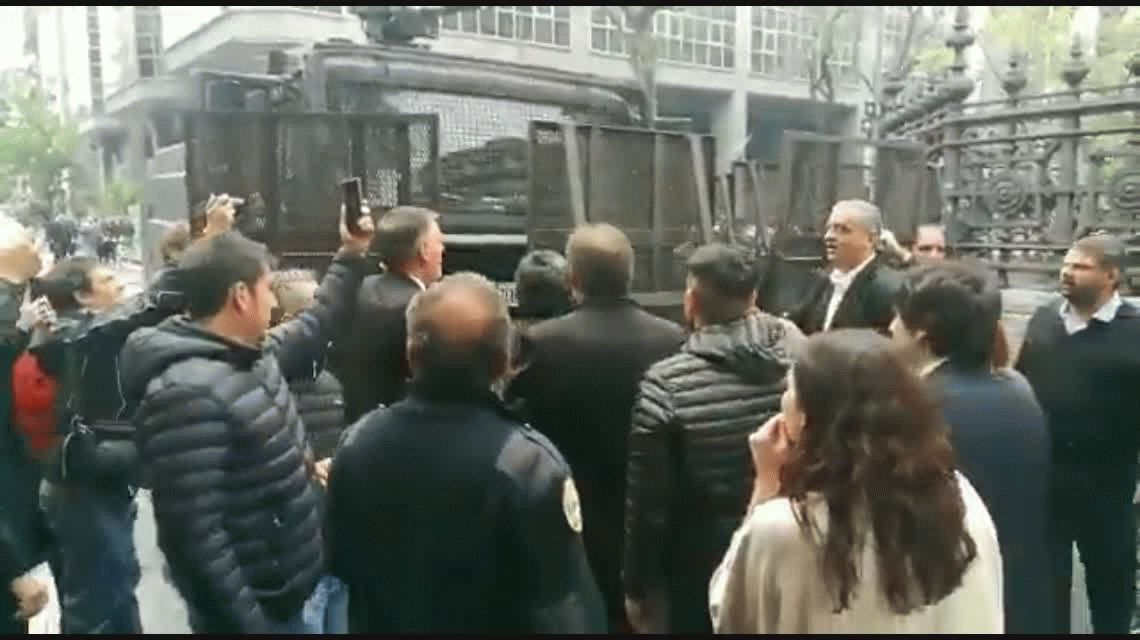 Batalla campal frente el Congreso: balas de goma, gases, piedras y camiones hidrantes