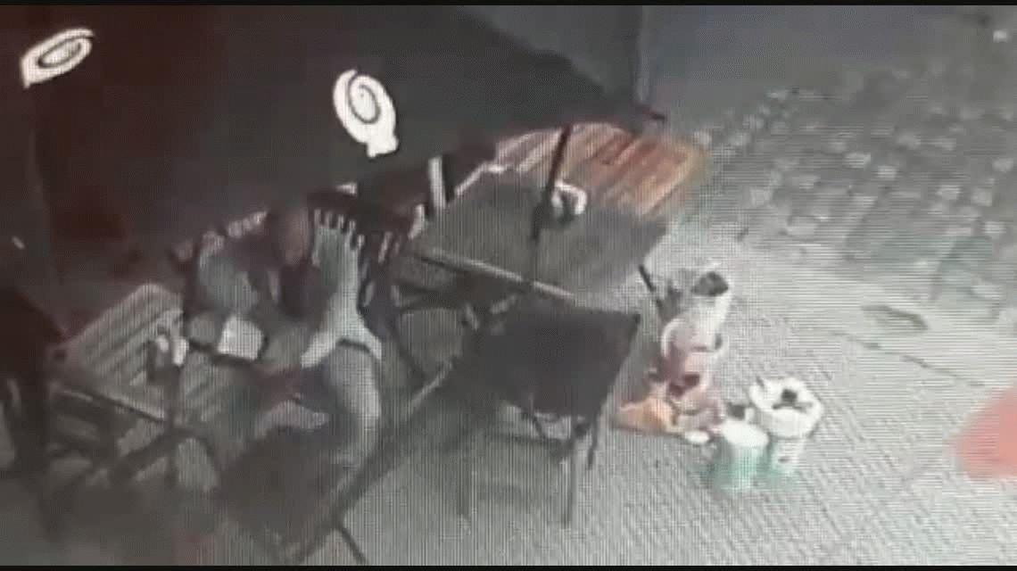 VIDEO: Pintaba un mural por la inclusión y le robaron sus pertenencias a la vista de todos