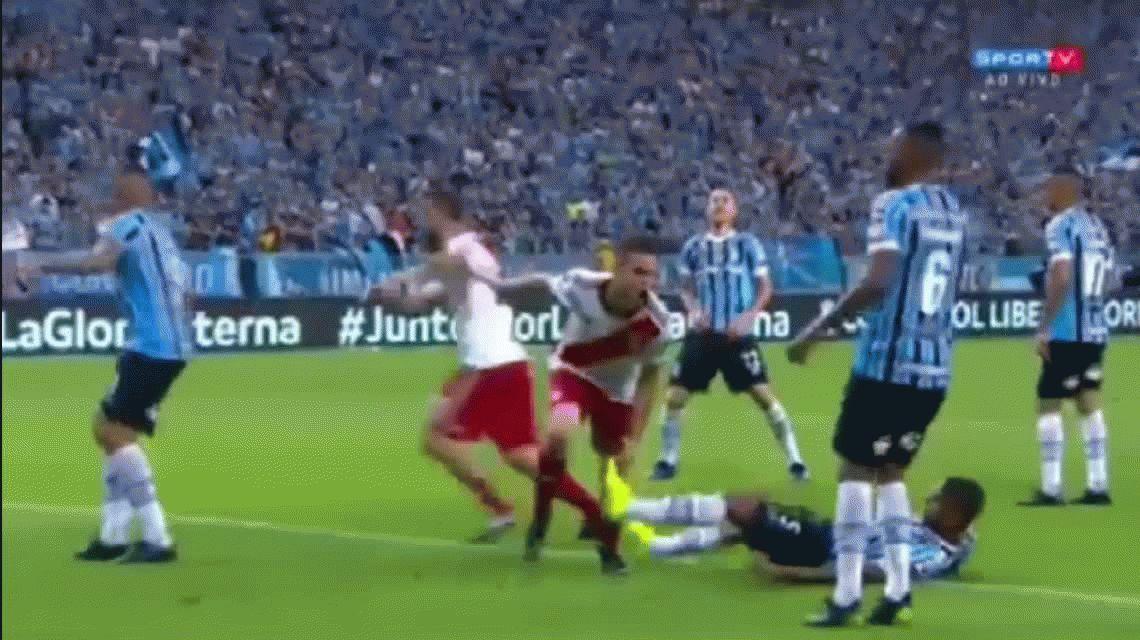 ¿Fue mano? Polémica por el gol de Borré a Gremio