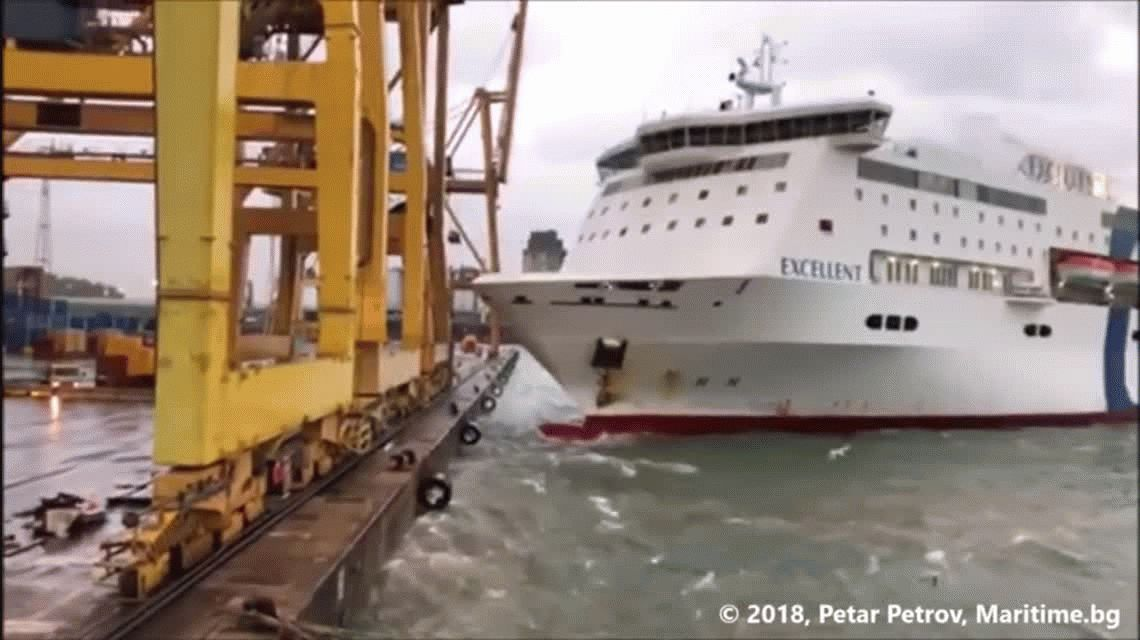 VIDEO: Un ferry derribó  una grúa en el puerto de Barcelona y causó un incendio