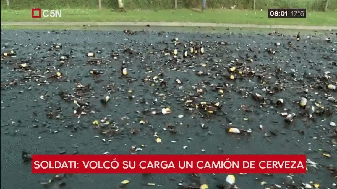 Villa Soldati: un vecino aprovechó el vuelco de un camión con cerveza y llenó su bidón