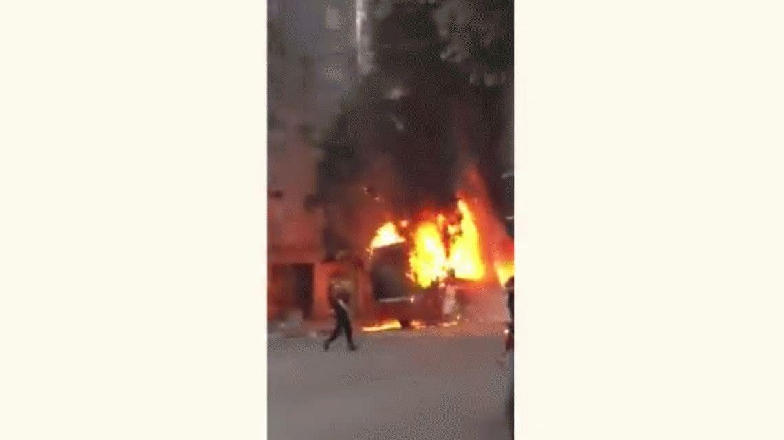 Un colectivo lleno de gente explotó y se prendió fuego en Caballito