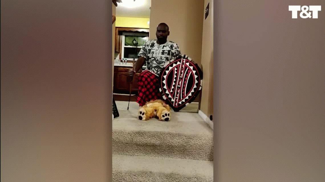 Le pidieron que alce a su bebé y recreó una escena famosa de El rey león