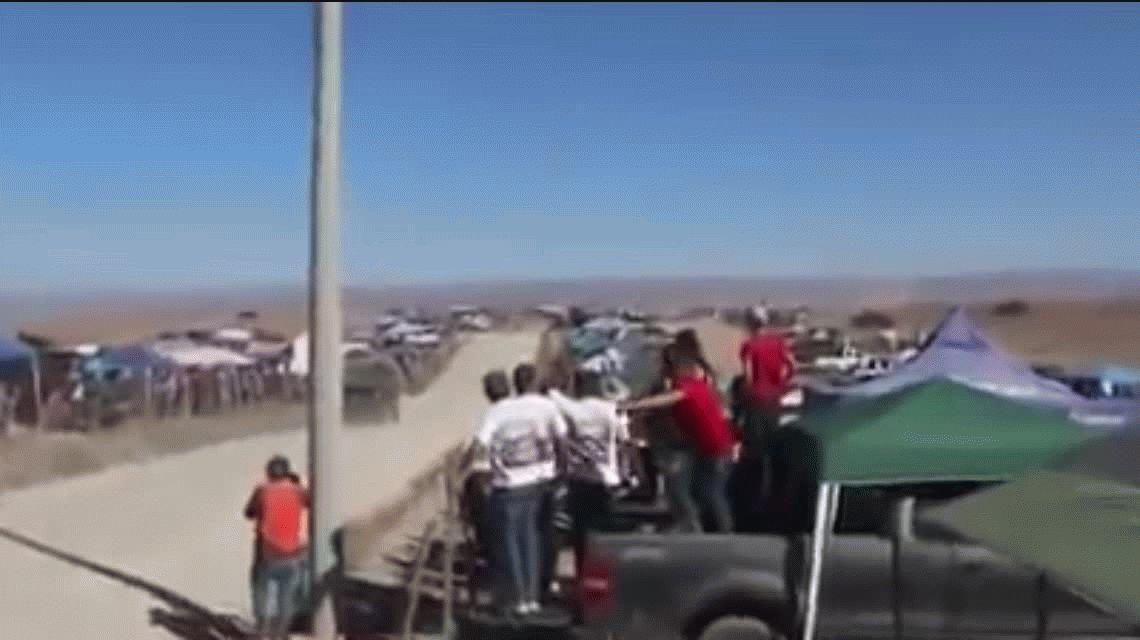 VIDEO: una camioneta a contramano casi provoca una tragedia en la carrera Baja 1000