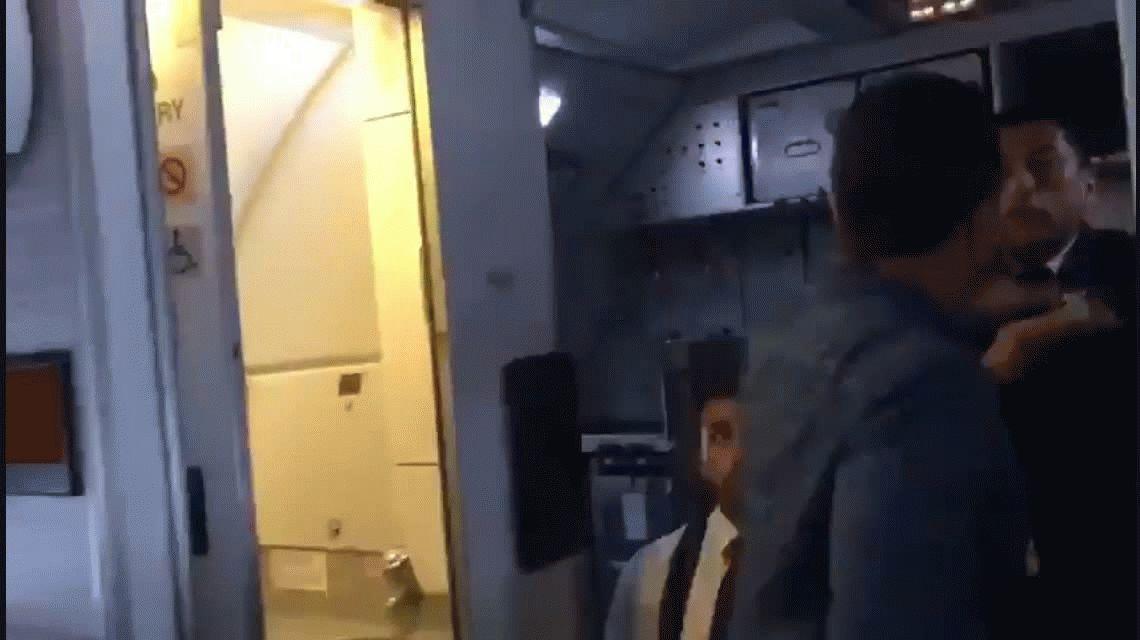Un pasajero agredió a un comisario de a bordo que le exigía salir del baño