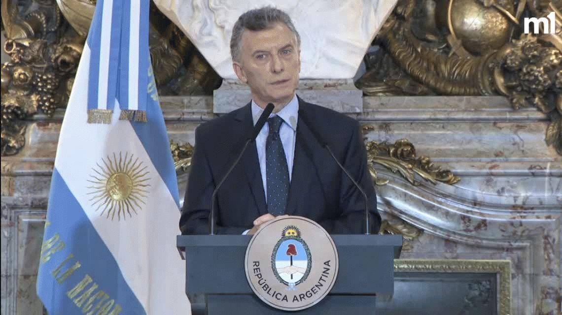 Para Macri, fue peor la escupida a Infantino que los piedrazos al micro de Boca