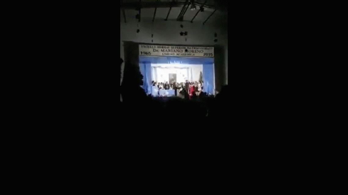 Sancionaron a directivos de una escuela porque un alumno recibió su diploma con la Marcha Peronista