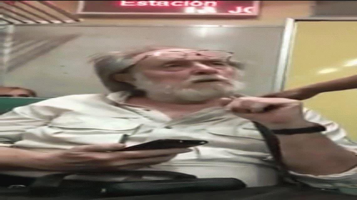 Escracharon a un hombre que le sacó fotos a una chica en el tren: lo bajó la policía por la fuerza