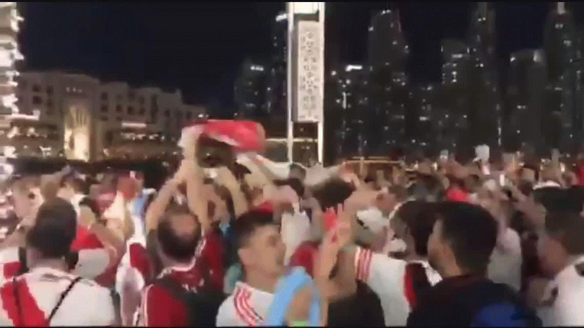Pese a la prohibición, hinchas de River hicieron un banderazo en Dubai