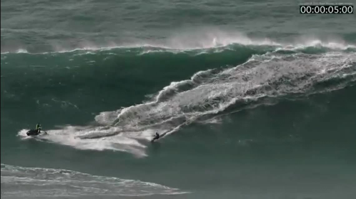 Portugal: impactante rescate de un surfista atrapado en el mar por olas gigantes