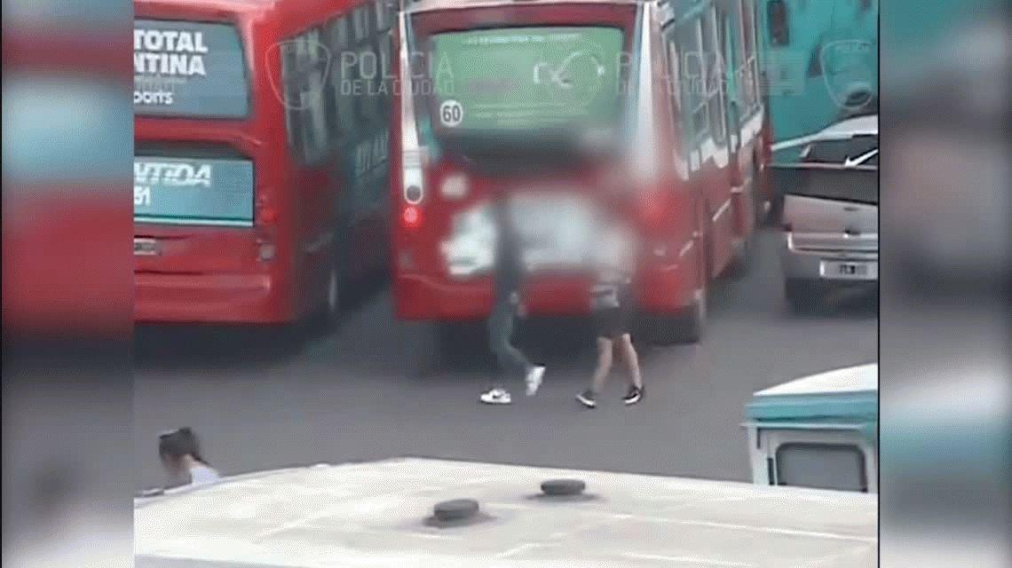 Un ladrón canguro intentó robar un celular en un colectivo y lo atraparon por las cámaras de seguridad