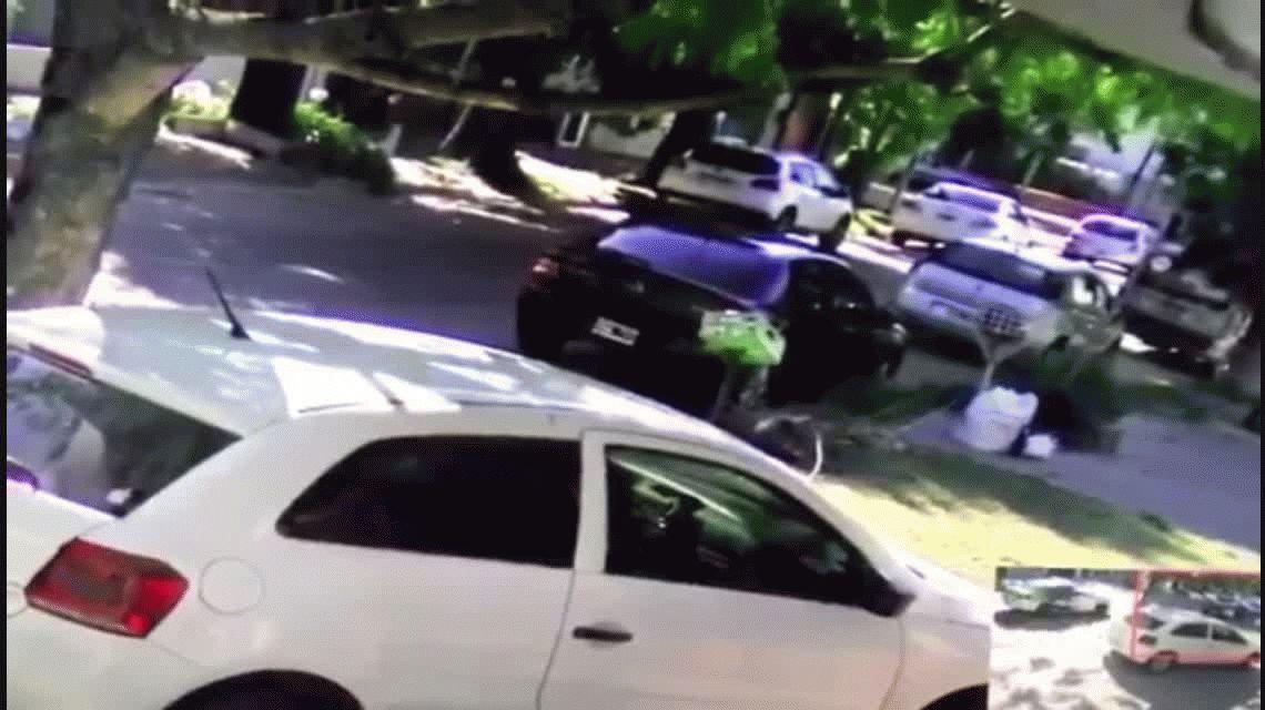 Una mujer policía se desmayó al volante, chocó y volcó el patrullero