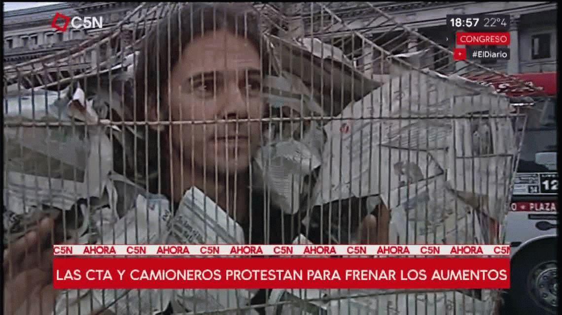 El hombre jaula se sumó a la marcha de las antorchas hacia el Congreso