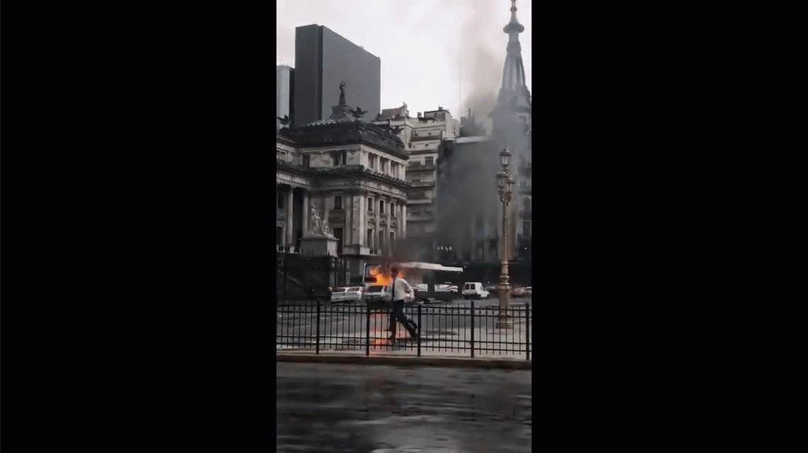VIDEO: Preocupación por un auto en llamas frente al Congreso
