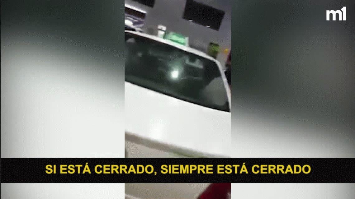 Escrachan a un taxista orinando mientras cargaba nafta: ¿Qué querés que haga?
