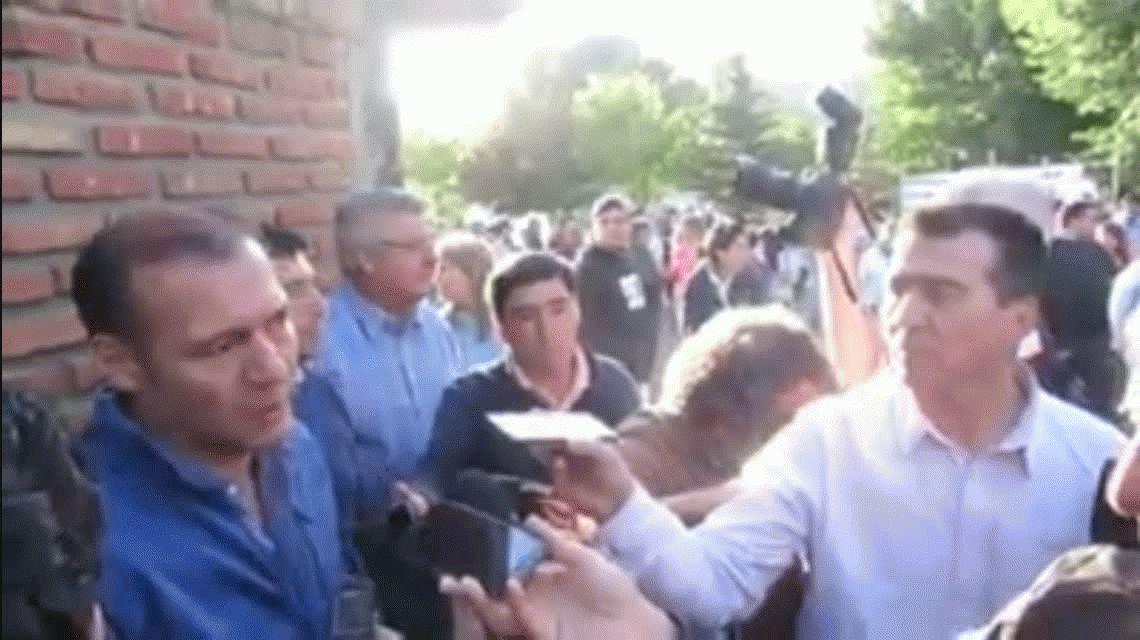 VIDEO: El gesto amenazante de un intendente a un vecino que le pregunta por un puente