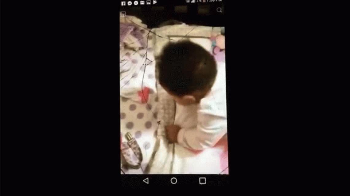 Le tiró agua en la cara a su beba para despertarla: la detuvieron