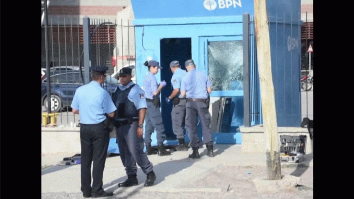 Explotaron un cajero automático para llevarse 5 mil pesos: escaparon en una camioneta de la Municipalidad