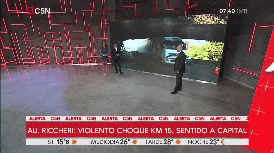 Choque en Au. Ricchieri: un camión frenó de golpe y un auto se incrustó en el acoplado