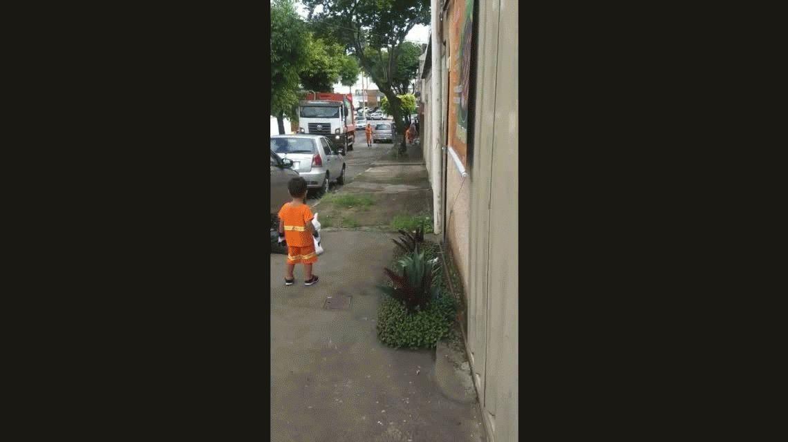 El nene que es fanático de los basureros y se volvió viral