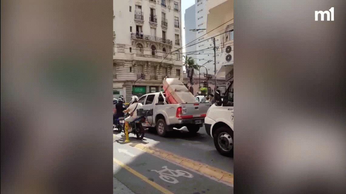 Una grúa volcó sobre un auto y de milagro una mujer resultó ilesa