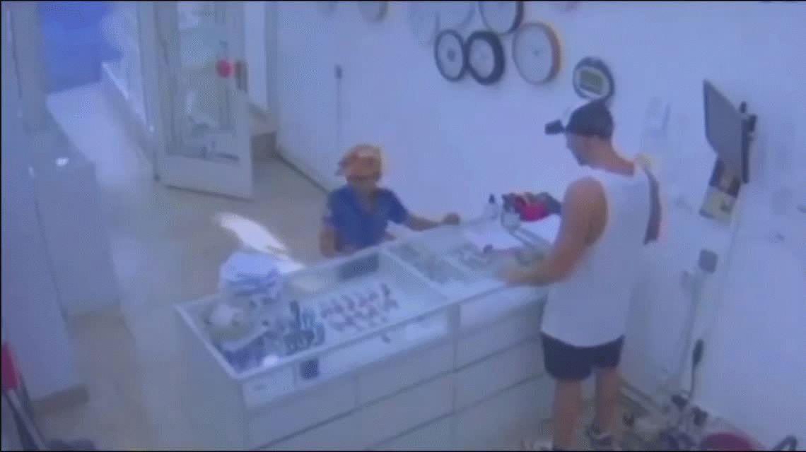 VIDEO: Un niño de 8 años intentó asaltar una joyería con un arma de juguete