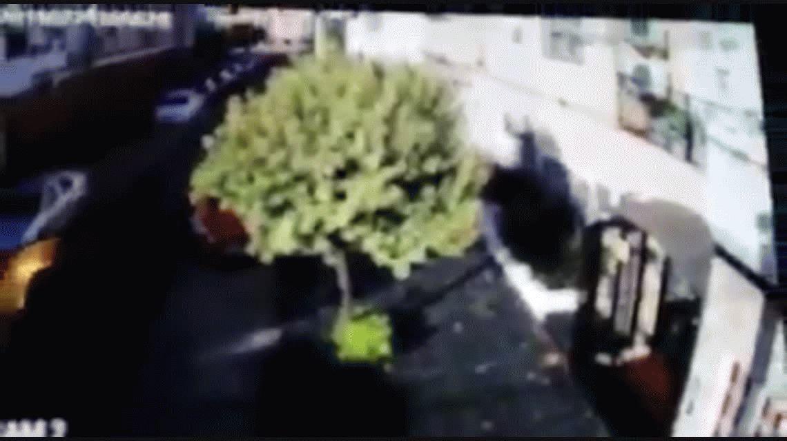 Un hombre araña quiso robar una casa en Ramos Mejía y lo tiraron de un golpe