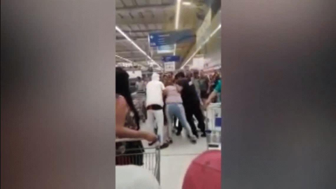 La peor cara de la crisis: feroz pelea en un supermercado de José C. Paz por la última milanesa en oferta