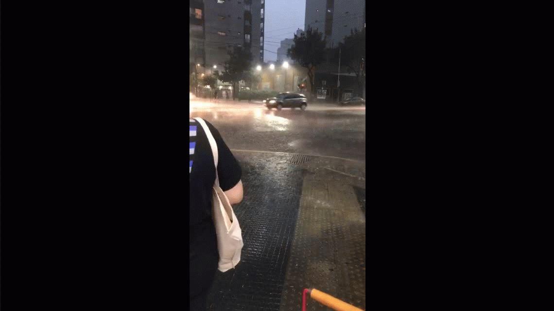 Después de una jornada agobiante llegó la tormenta y hay alerta de granizo en la Ciudad y el Conurbano