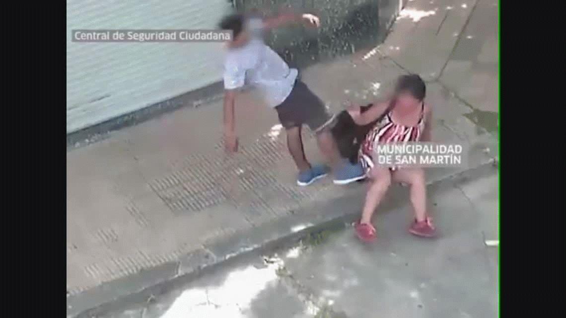 Una mujer fue brutalmente agredida en Villa Ballester y las cámaras le salvaron la vida