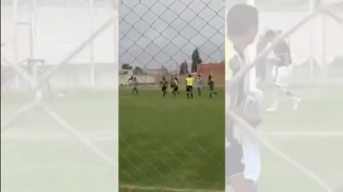 Metió un gol, festejó con una bandera de las Islas Malvinas y fue expulsado