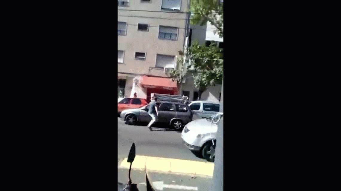 Un taxista con un bebé a bordo chocó adrede contra un conductor