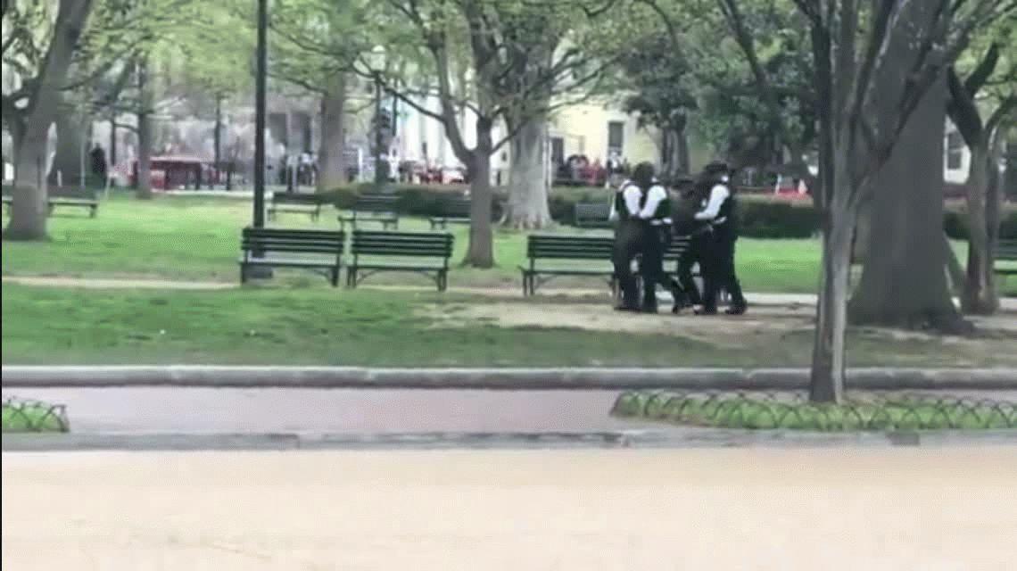 Arrestaron a un hombre que se quiso prender fuego frente a la Casa Blanca