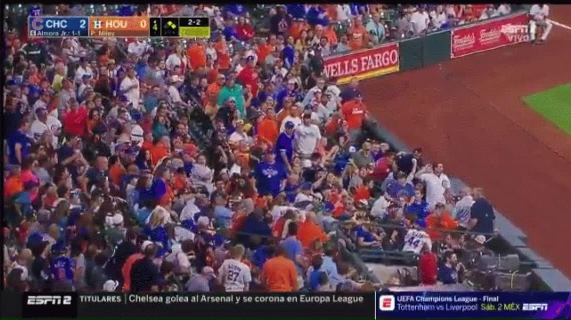 Un beisbolista le dio un tremendo pelotazo a una nena y se quebró en pleno partido