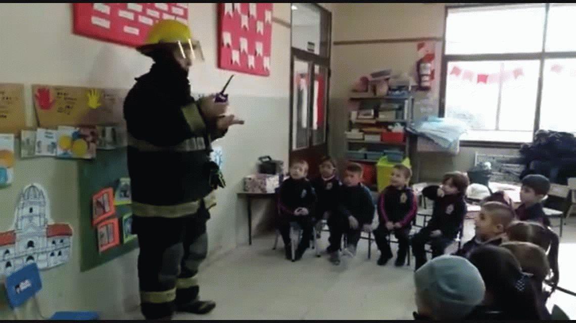 VIDEO: Vos me cortaste la luz, el reclamo de un nene a un bombero