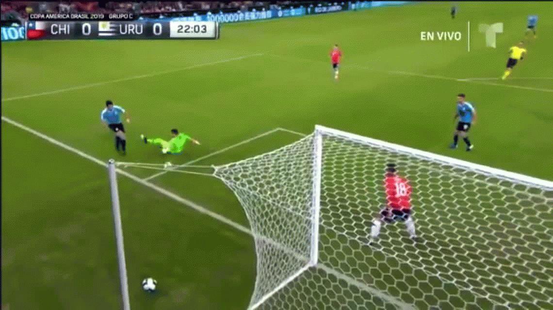Luis Suárez, protagonista de la jugada más insólita de la Copa América en Uruguay-Chile