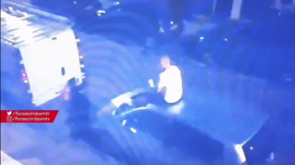 Detienen a Wesley Sneijder por bailar borracho arriba de un auto