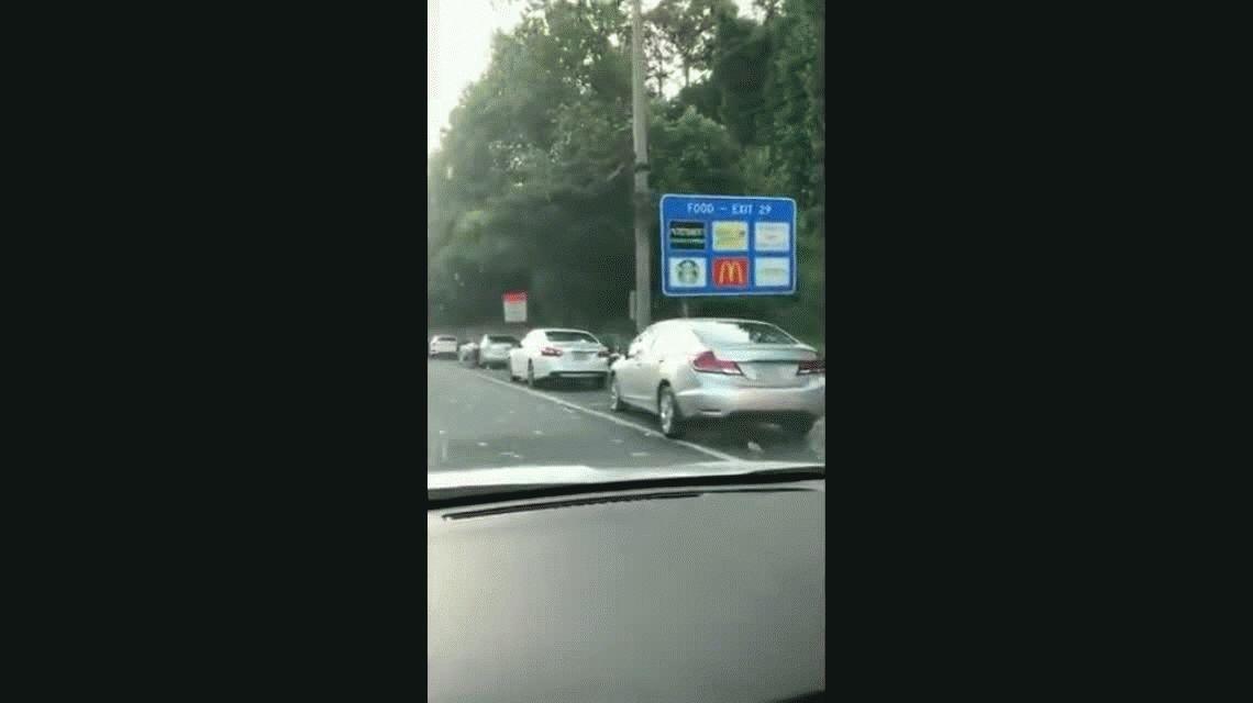 Un camión de caudales se abrió e inundó de billetes la autopista: cayeron 175 mil dólares